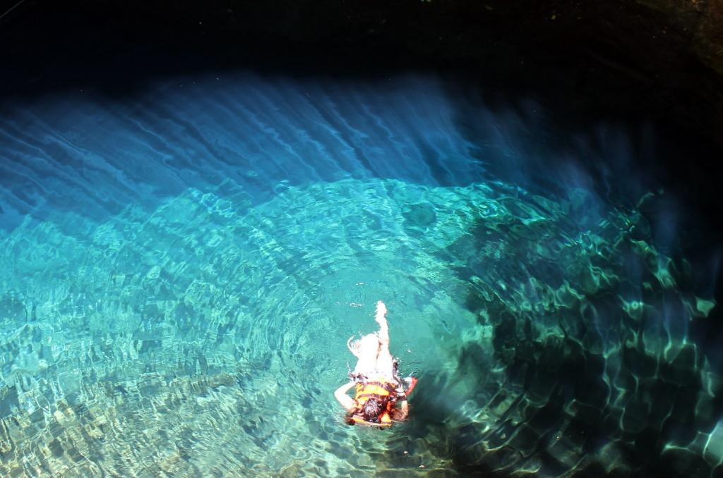 31114033. Mérida.- A una hora de la ciudad de Mérida se encuentra el pueblo de Homún, lugar representativo por sus bellos y naturales cenotes de aguas serenas y transparentes, donde se localiza el cenote Yaxbacaltún que es ideal para practicar el snorkel y el buceo. NOTIMEX/FOTO/ARTURO M. TORAYA/FRE/HUM/